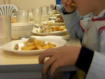 Niño en un comedor escolar