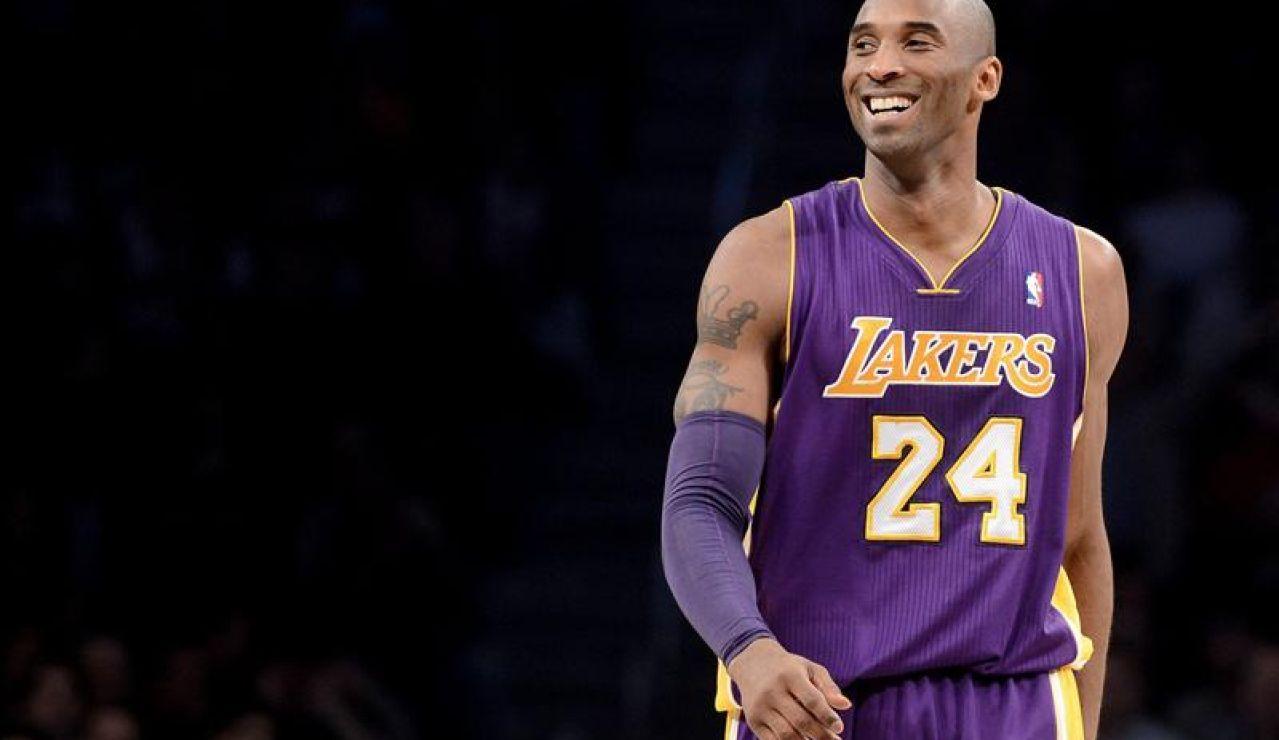 Kobe Bryant sonríe en un partido con los Lakers