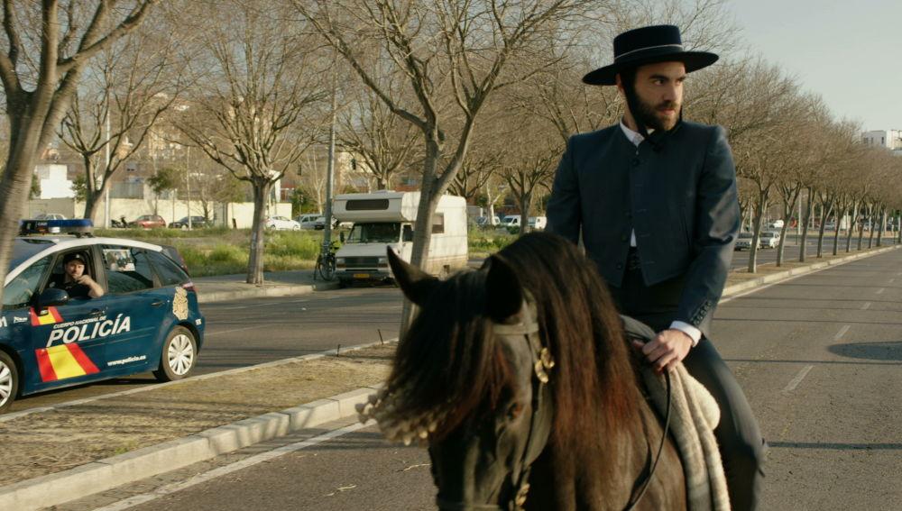 Iñaki intenta conquistar a Carmen a caballo en 'Allí Abajo'