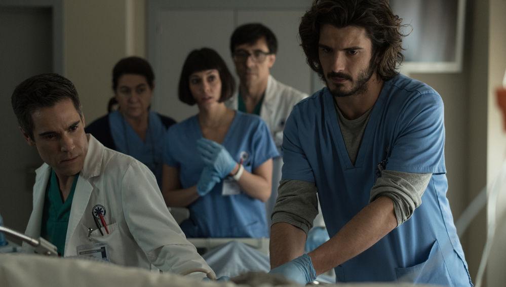 ¿Podrá Víctor continuar fingiendo que pertenece al equipo médico?
