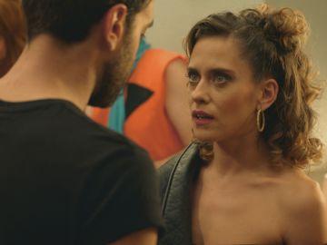 Iñaki descubre que Carmen quiere marcharse a África durante la fiesta de disfraces