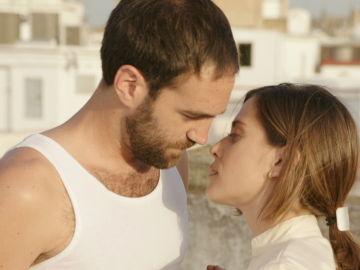 Iñaki y Carmen, a punto de besarse en Allí Abajo