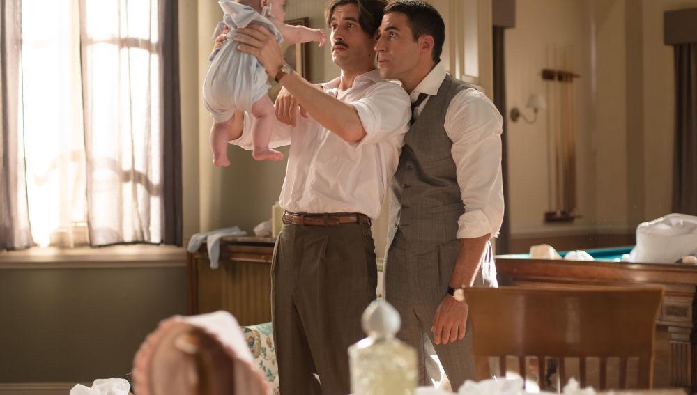 Mateo y Alberto cuidan de la pequeña Lourditas