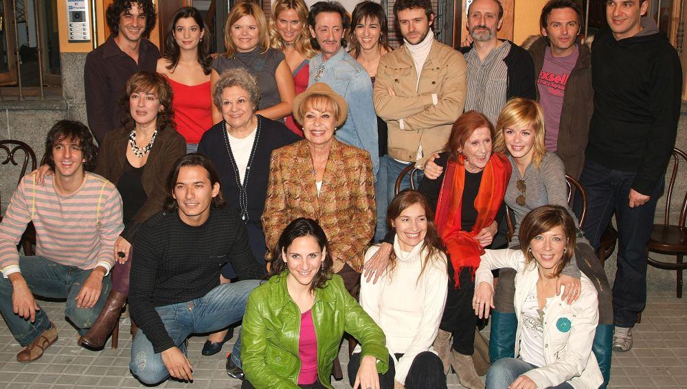 El elenco de actores de 'Aquí no hay quien viva' posando en rueda de prensa