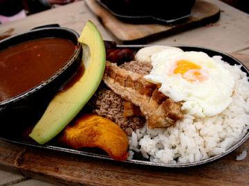 La bandeja paisa, una comida típica de Colombia