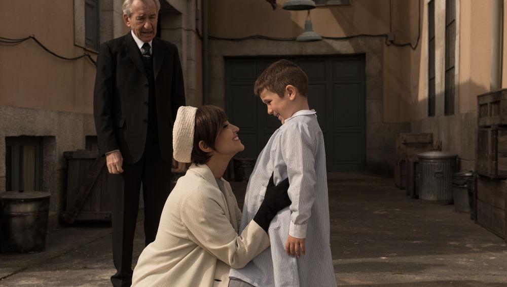 Ana abraza a su hijo Alberto en su llegada a las Galerías Velvet