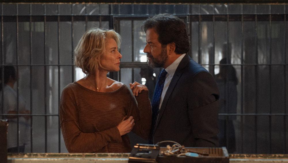 El nuevo embajador (Abel Folk) y su mujer (Belén Rueda)