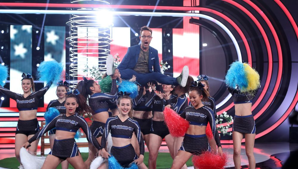 El presidente del jurado, Ángel Llácer, con el cuerpo de baile del programa