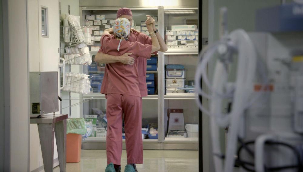Dos médicos bailan tras una operación finalizada con éxito en el Hospital La Paz