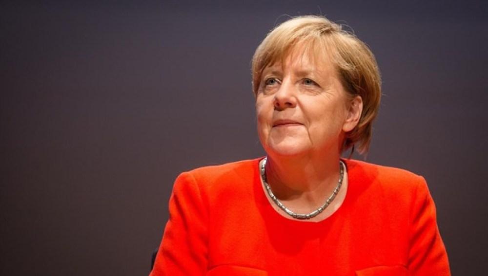 Lanzan tomates contra Merkel durante un acto de campaña