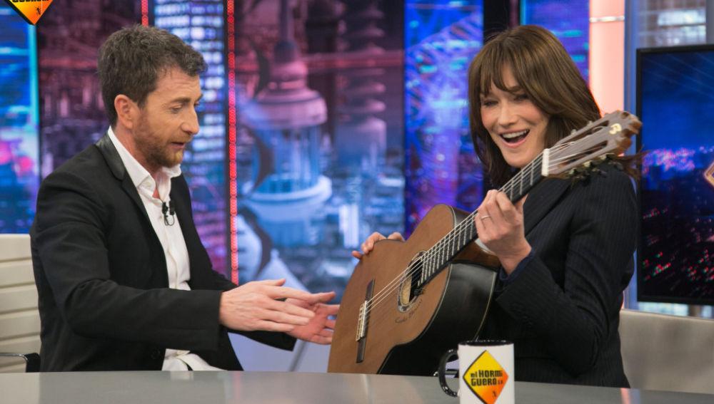 'El Hormiguero 3.0' regala una guitarra española a Carla Bruni