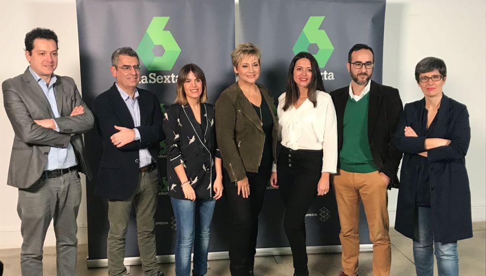 Los responsables de 'Equipo de investigación', Gloria Serra y los directores del especial por el séptimo aniversario