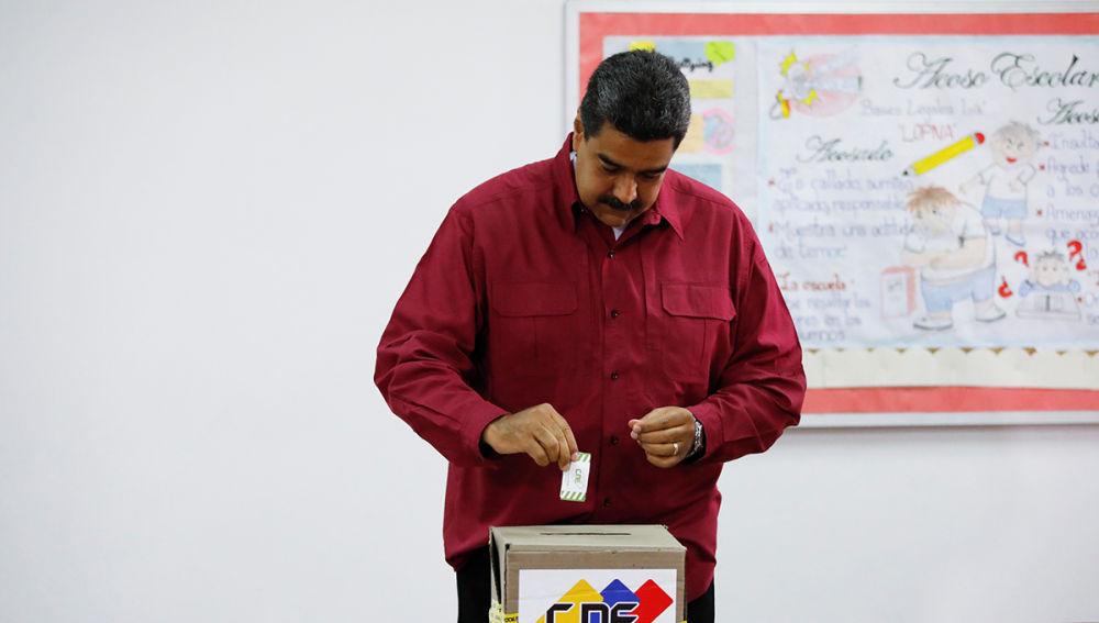Nicolás Maduro deposita su voto