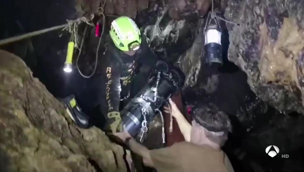Antena 3 Noticias Fin de Semana (08-07-18) Las autoridades confirman que cuatro de los doce niños atrapados en la cueva de Tailandia ya están en el hospital