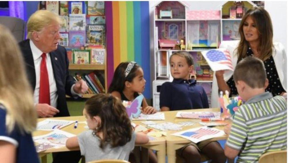 Trump ayuda a unos niños a colorear al bandera de EEUU