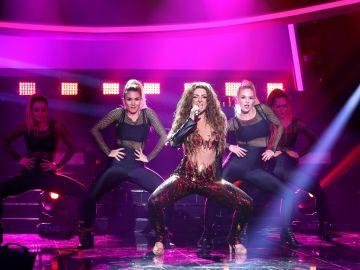Mimi enciende el plató de calor con una espectacular imitación de Eleni Foureira en 'Fuego'