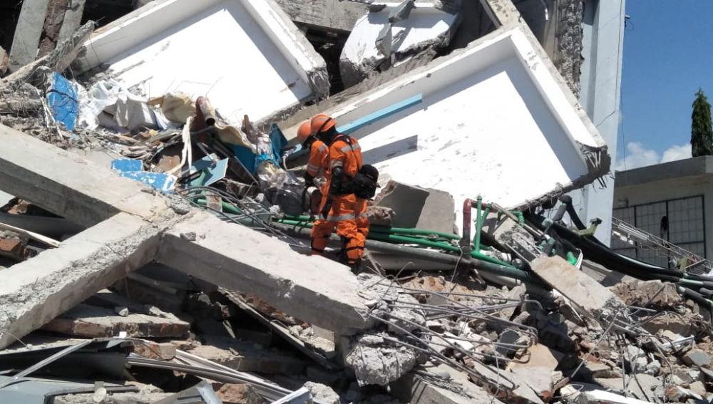 Equipos de rescate en Indonesia