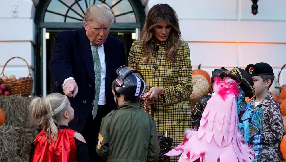 Donald y Melania Trump repartiendo caramelos por Halloween