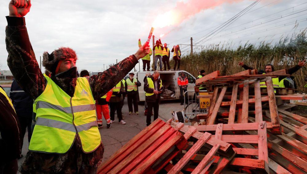 Manifestantes vestidos con chalecos amarillos bloquean el acceso a la refinería de Frontignan