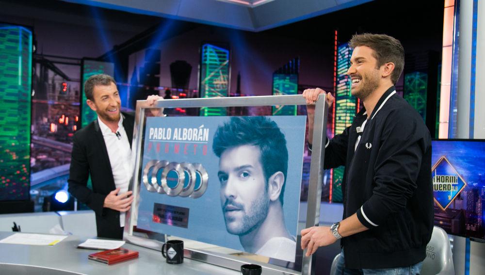 Pablo Alborán recibe su Quíntuple Disco Platino en 'El Hormiguero 3.0'