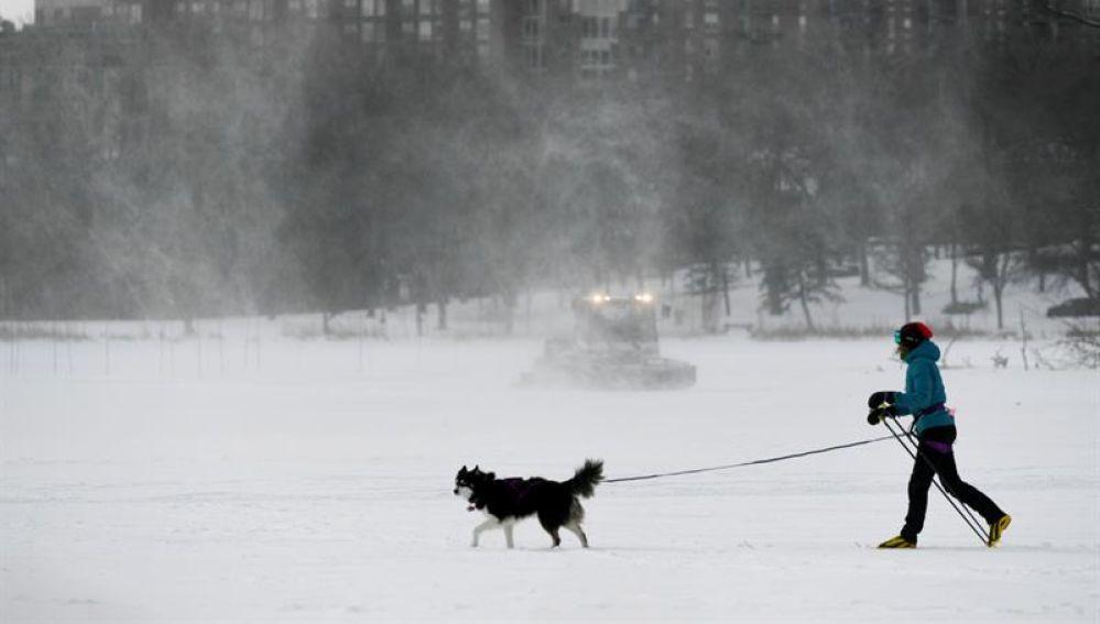 Una mujer sale a pasea a su perro mientras las bajas temperaturas del viento alcanzan los -34º en Minnesota (EEUU)
