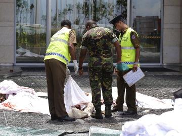La Policía de Sri Lanka en uno de los puntos que fueron atacados con explosivos