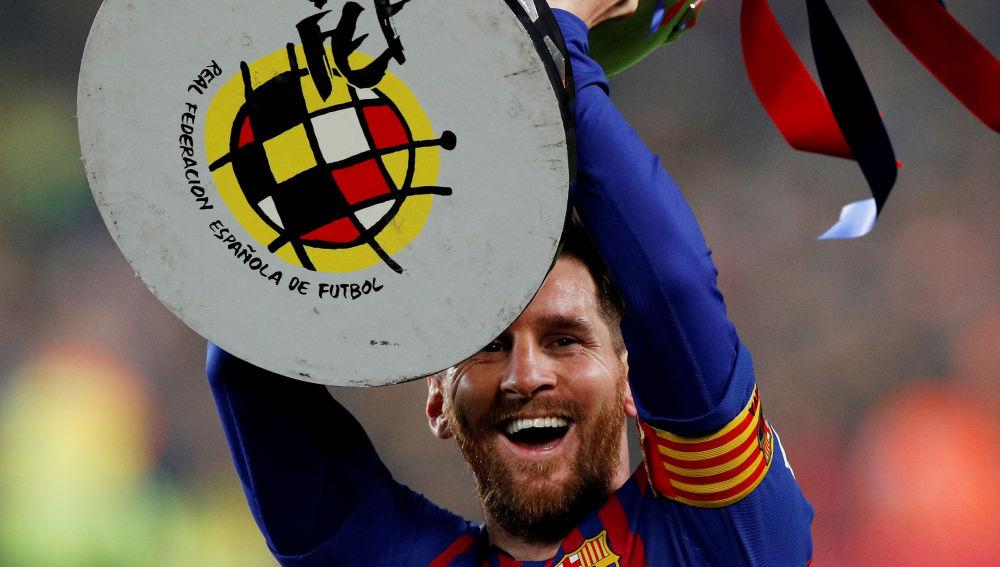 Messi, con el trofeo de campeones de Liga