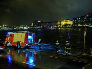 Equipos de emergencias trabajan en el río Danubio en Budapest
