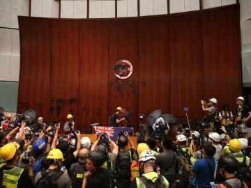 Cientos de manifestantes irrumpen en la sede del Conejo Legislativo (parlamento) de Hong Kong (China)