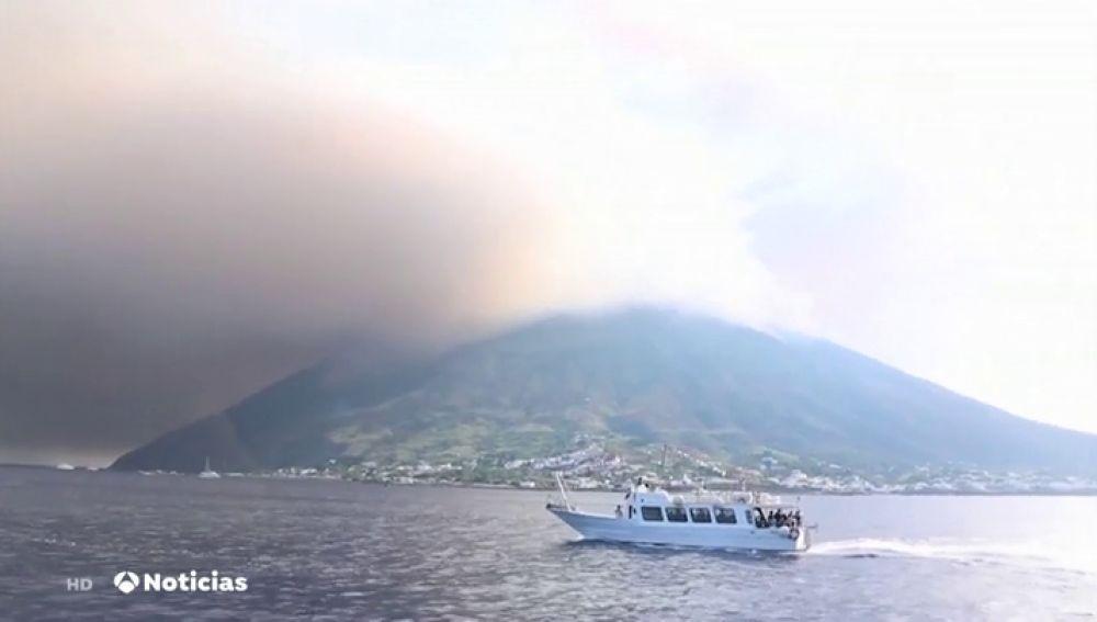Un muerto y dos heridos tras la erupción del volcán italiano 'Stromboli'