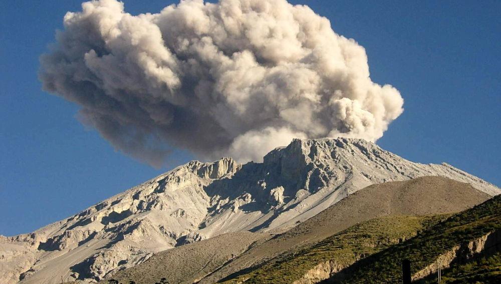 En la imagen, el volcán Ubinas de Perú