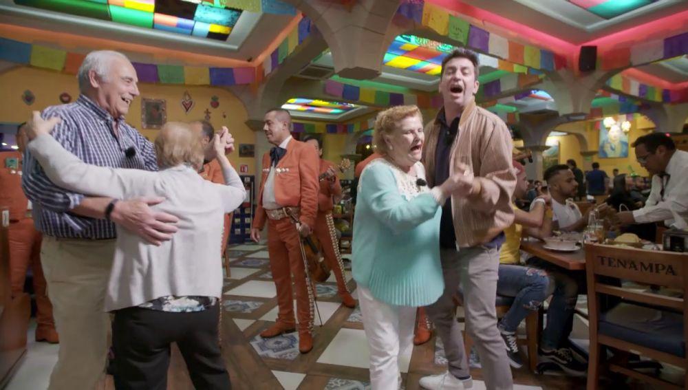 El viaje a México encumbra a Francisco en una telenovela y a Paquita como luchadora en 'Por el mundo a los 80'