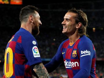 Messi celebra con Griezmann el gol del francés contra el Villarreal