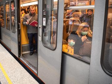 Ciudadanos dentro del metro en Bruselas
