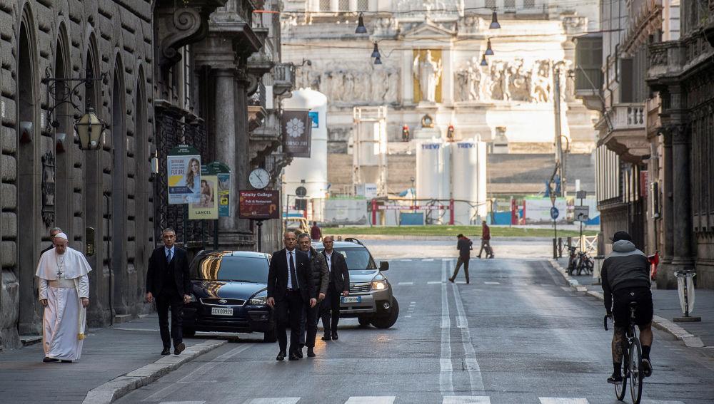 El Papa sale del Vaticano para rezar por el fin de la pandemia del coronavirus