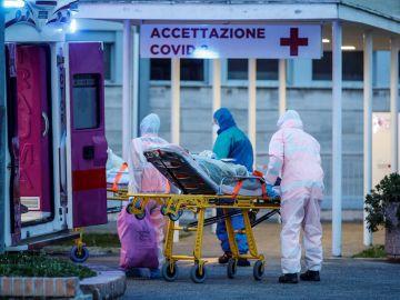 Sanitarios en un hospital italiano