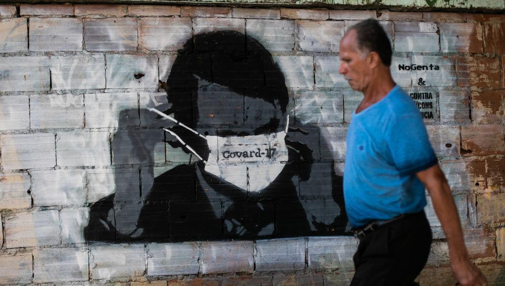 Bolsonaro retratado poniéndose una mascarilla