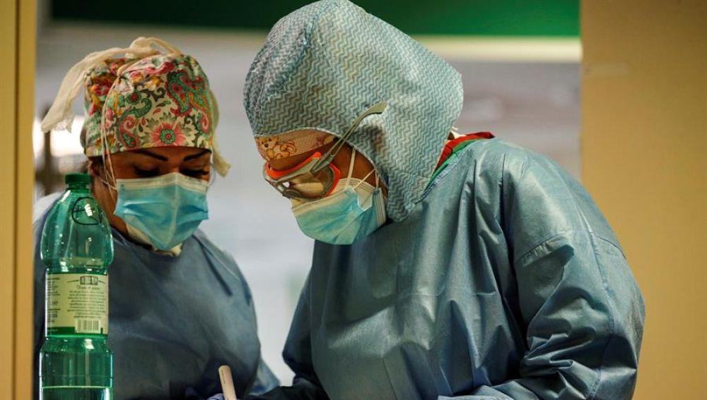 Personal sanitario en una UCI de Roma, Italia