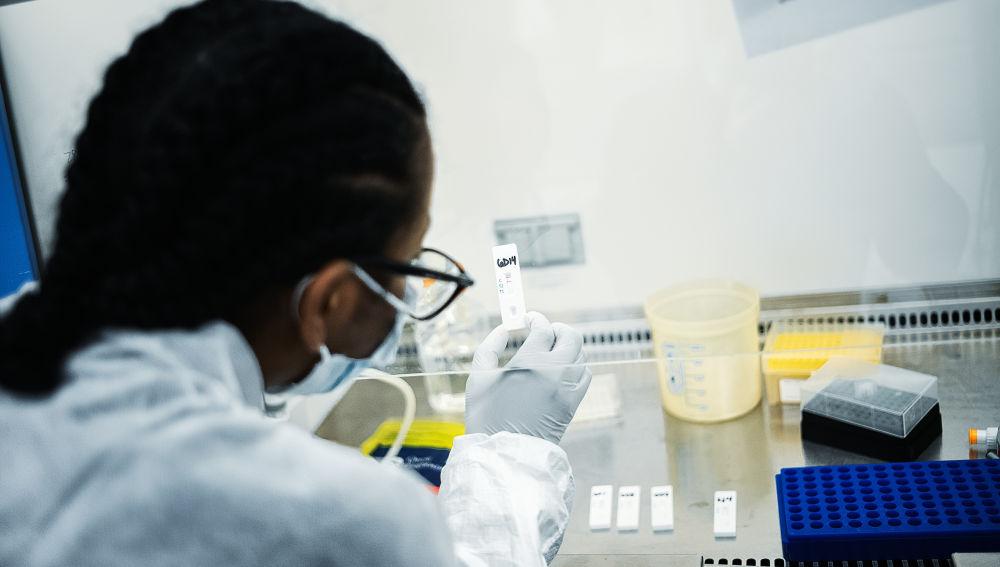 Una científica lleva a cabo test de suero en Nueva York