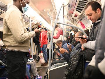 Personas viajando en el metro de Londres, Reino Unido, hoy