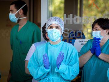 Sanitarios a las puertas de un hospital durante la crisis del coronavirus