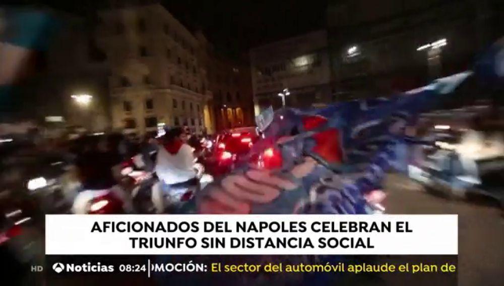 Aficionados del Nápoles celebran la victoria frente a la Juve sin distancia social
