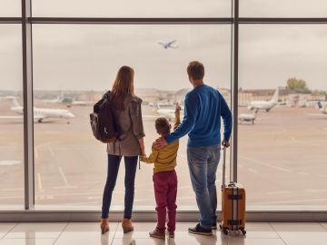 Familia en un aeropuerto