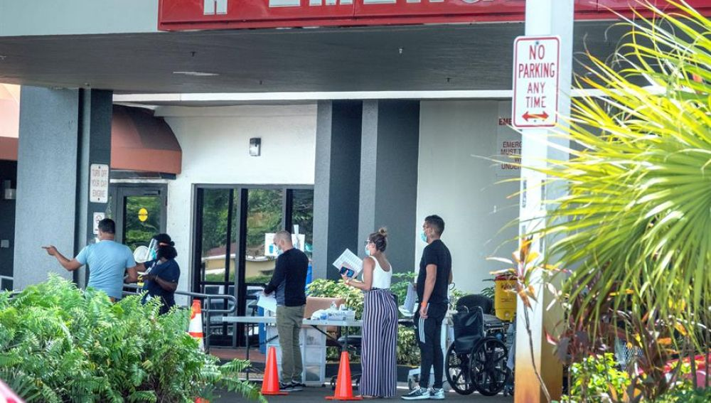 Cola a las puertas del Hospital Hialeah, en Hialeah, Florida,