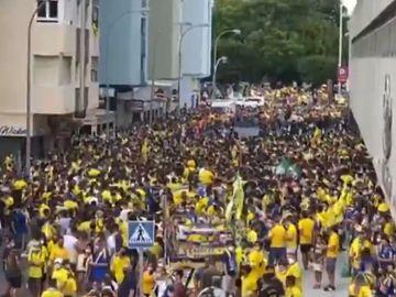 Peligroso recibimiento de cientos de aficionados del Cádiz sin mascarillas ni distancias de seguridad ante el coronavirus