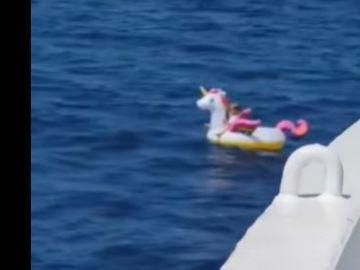 Rescatan a una niña arrastrada en su flotador de unicornio