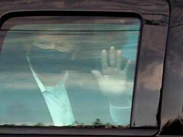 Donald Trump saluda a sus seguidores desde el coche