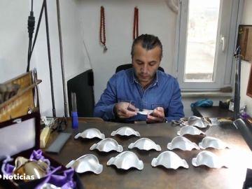 Un artesano turco se reinventa y diseña mascarillas de oro y plata