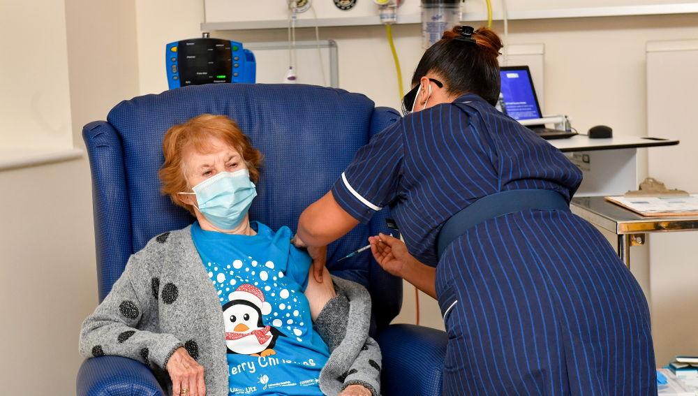 Margaret Keenan, de 90 años, la primera mujer del mundo en recibir la vacuna del COVID-19