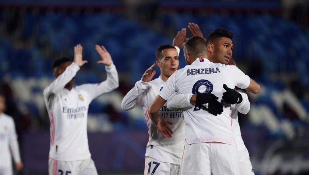 La cabeza de Benzema guía al Real Madrid a octavos como líder de grupo